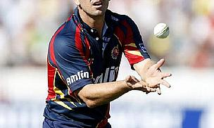 Ryan ten Doeschate catches a ball