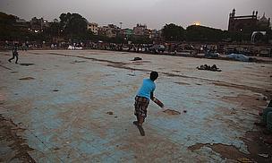 Street cricket in Delhi