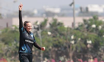 Lea Tahuhu took two wickets as New Zealand beat Sri Lanka