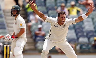 Shoulder injury forces Doug Bracewell out of second Test against Australia