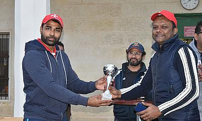 Malta International player Niraj Khanna presents the League's Bowling Award to Azeem Sethy