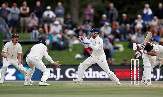 Bad light stops play as England seek timely Test win