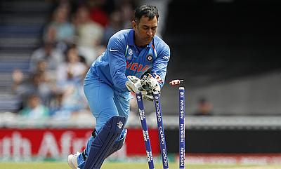 MS Dhoni in action while running out Imran Tahir