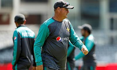 Pakistan Coach Mickey Arthur reprimanded for showing dissent