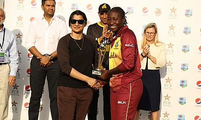 Stafanie Taylor receiving Player of the Series trophy from former Pakistan player Asmavia Iqbal