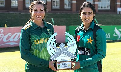 Sune Luus and Misbah Maroof the captains with the trophy