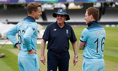 England head coach Trevor Bayliss talks to Jos Buttler and Eoin Morgan during nets