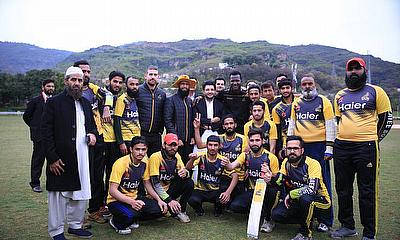 Hashim Amla, Darren Sammy Meets with Students to Play Cricket and Give Tips