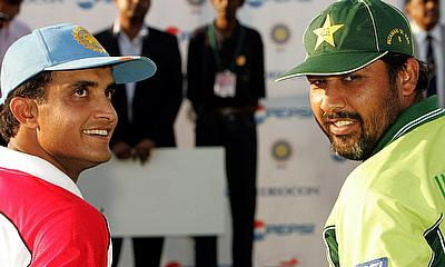 Sourav Ganguly shares a light moment with his Pakistani counterpart Inzamam-ul-Haq