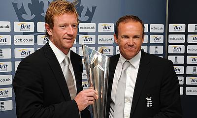 Paul Collingwood (L) and Coach Andy Flower with the World Twenty20 trophy