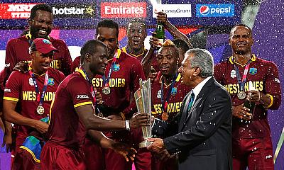 West Indies captain Darren Sammy (3rd L) receives the 2016 World T20 trophy from Zaheer Abbas (R)