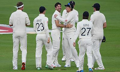 England's James Anderson celebrates the wicket of Pakistan's Azhar Ali and his 600th test wicket with teammates
