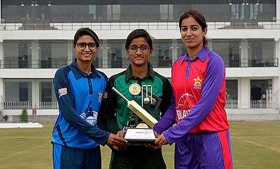 Ramin Shamim (Captain PCB Dynamites, left), Muneeba Ali (Captain PCB Challengers, center) and Aliya Riaz (Captain PCB Blasters, right) pose with the N