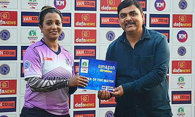 Mr.Sanjay Pandey(Committee Member,JSCA) presented the player of the match award to Niharika from Jamshedpur Jasmines.