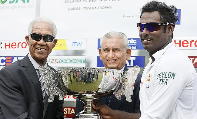 Angelo Mathews (right) poses for a photograph with former West Indies cricketer Garfield Sobers (left) and former Sri Lankan cricketer Michael Tissera