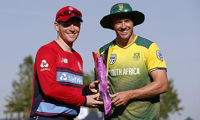 Eoin Morgan (left) and AB de Villiers posing with the trophy