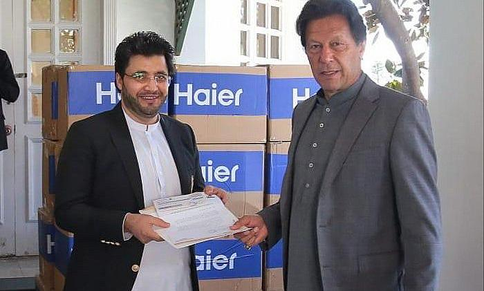 Javed Afridi, Peshawar Zalmai, presented a cheque for Rs 1 crore to Prime Minister Imran Khan - Covid-19
