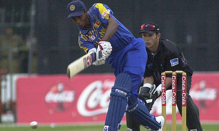 Sri Lankan batsman Suresh Perera bats against New Zealand as wicket keeper Adam Parore looks on during Coca cola cup one day international series matc