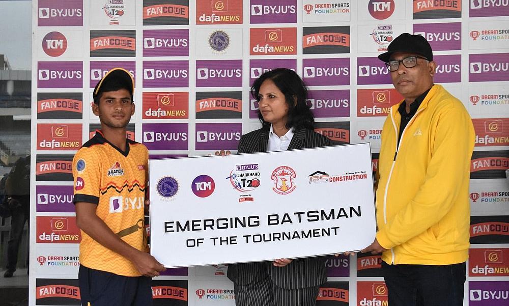 उभरते हुए बल्लेबाज का पुरस्कार रांची रेडर्स के सचिन तिवारी को नीता सिंह और रामेंद्र कुमार द्वारा प्रदान किया गया।